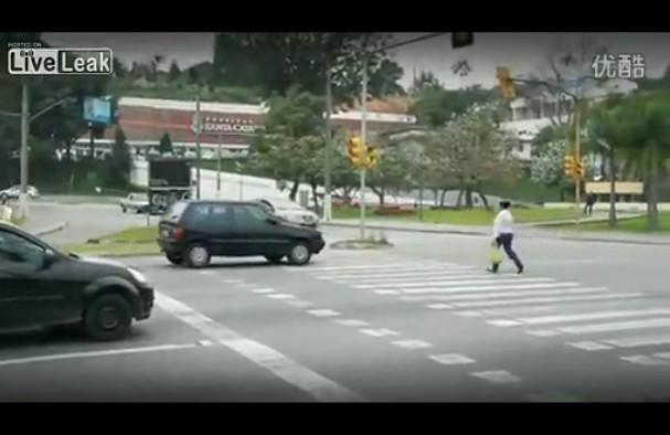 看巴西怎么对付等红灯越线的汽车