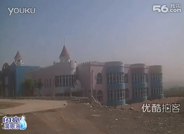 """【拍客】山东山村耗资三千万建""""白宫式幼儿园""""惹争议"""