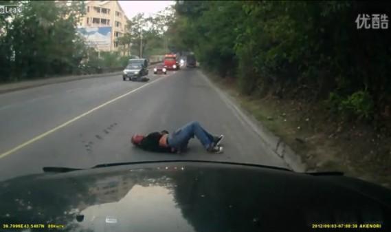 纯属命大!骑摩托车睡觉撞上大货车