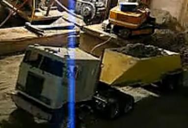 牛人用玩具挖掘机挖出一个地下室