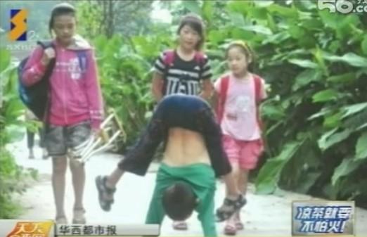 四川10岁男孩下肢瘫痪 每天倒立3小时上学