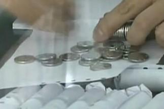 50万枚硬币存银行 5万元让人数到手抽筋
