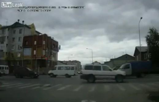 十字路口超速引发多车相撞