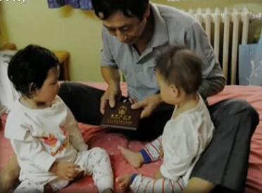 最美环卫工收养两弃婴 为省钱每天只吃1顿饭
