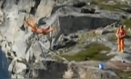 """挪威男子挑战""""悬崖杂技""""意外坠入悬崖"""
