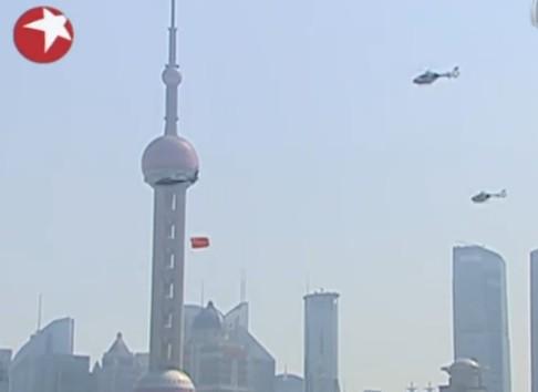 上海警用直升机挂国旗飞越黄浦江