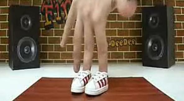 外国牛人演绎超酷手指街舞