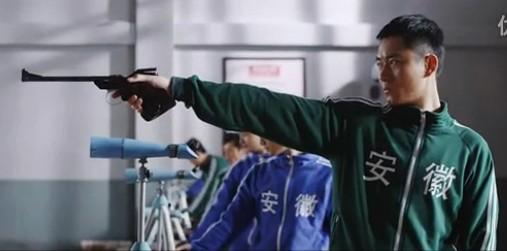 """《许海峰的枪》曝光终极版预告片 李东学马境演绎""""当年情"""""""