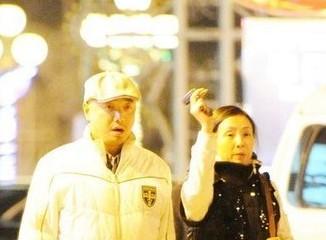 徐铮搂腰门后携妻外出   陶虹憔悴相伴