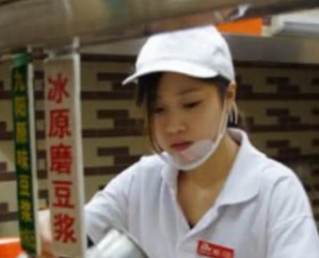 """武汉""""豆浆西施""""网络走红 不堪骚扰低调工作"""