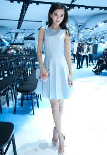 Angelababy水蓝洋装美艳动人 巴黎获赞小美人鱼