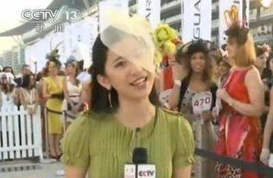 """央视女记者戴蕾丝帽出镜 被称""""最妩媚女记者"""""""