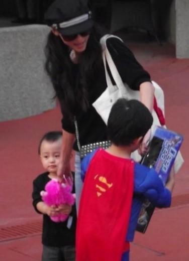 """张柏芝带儿子买玩具 Lucas变身超人""""拯救""""弟弟"""