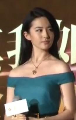 刘亦菲闪电出席活动 身材走样毫无仙气