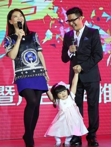 李湘一家三口同台献唱 王诗龄人美嘴甜萌翻全场