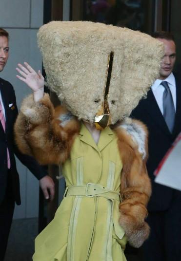 Lady Gaga又出逆天造型 变身手提包怪兽浑身长毛