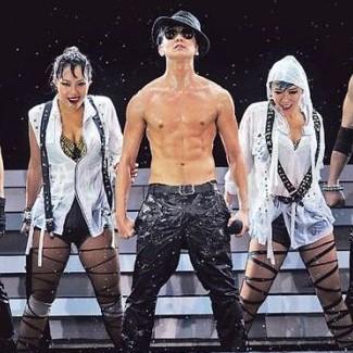 林俊杰演唱会湿身秀猛肌 与HEBE荡秋千往事遭调侃