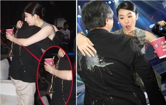 刘亦菲咖啡泼导演一身成功抢镜 花容失色忙献熊抱道歉