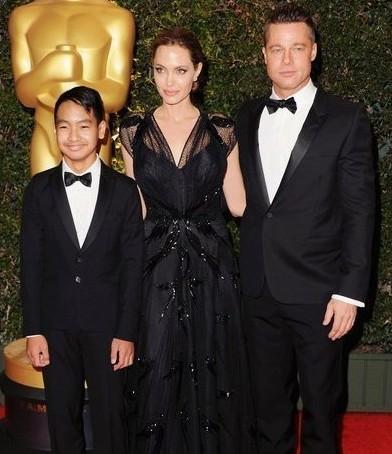 朱莉获奥斯卡人道主义奖 皮特与养子同现身助阵