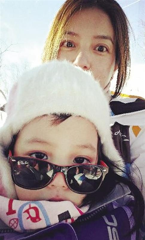 赵薇带女儿小四月长白山滑雪 遭吐槽广告植入