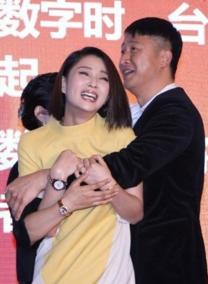 """殷桃被张国强当众""""揩油"""" 吓得花容失色"""
