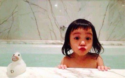韩红晒赵薇女儿小四月出浴照:Q到爆!太可爱
