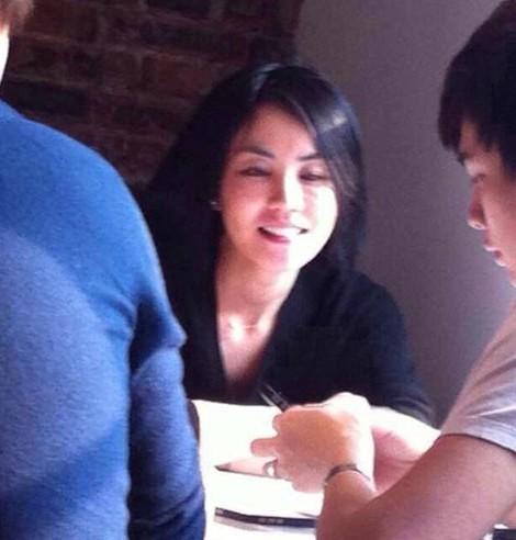 王菲与嫩男平民餐厅喝下午茶 盯对方手机猛看