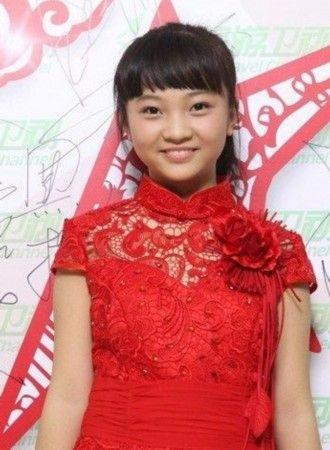 14岁林妙可穿蕾丝红裙录节目 褪去稚气显成熟