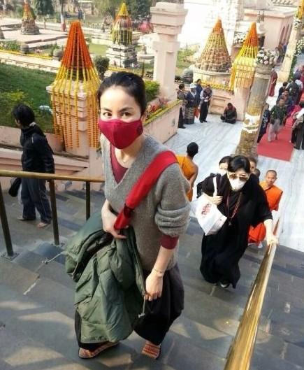 王菲独自游印度 不受李亚鹏危机影响