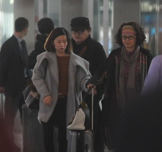 刘欢全家低调抵达机场 女儿清纯长相标致可人