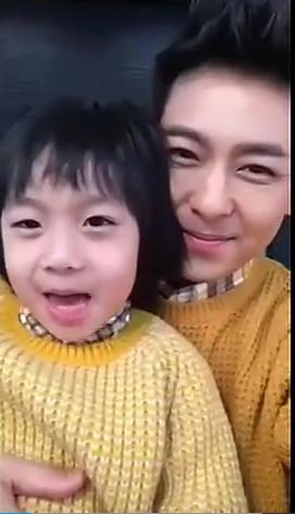林志颖和kimi可爱合唱《新年好》