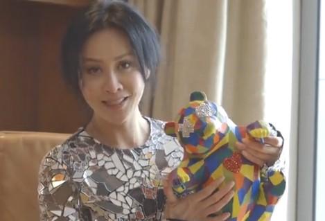 刘嘉玲秀七彩熊猫 向世界传爱心