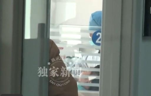 冯绍峰独自到医院种牙 自曝曾对杨幂心动