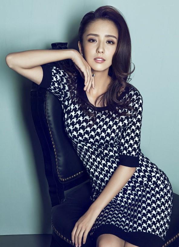 佟丽娅登杂志封面 妩媚慵懒各具风情