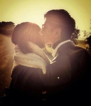 """张亮亲吻爱妻蔻静 幸福满满家庭幸福才是""""富翁"""""""