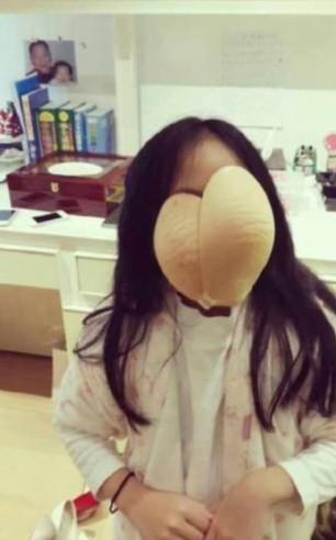 小S晒照直达限制级 女儿搞怪拿胸贴当面具