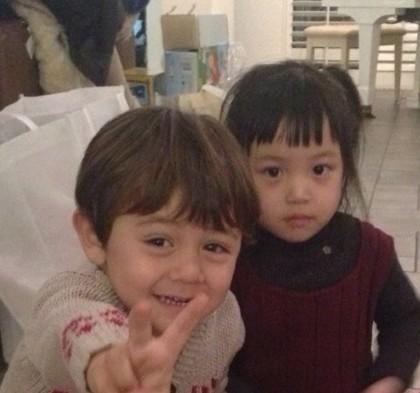 刘烨晒儿子与小四月合照 直呼:对上眼了