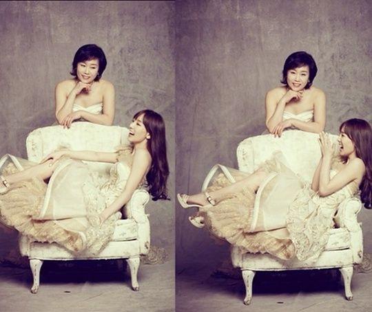 少女时代泰妍拉母亲拍写真 获夸像两姐妹