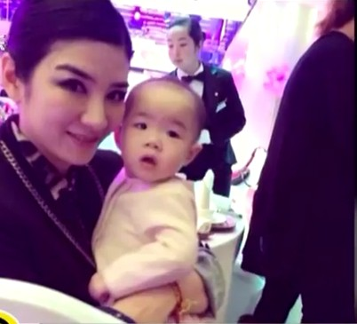 黄奕夫妇分享女儿周岁视频