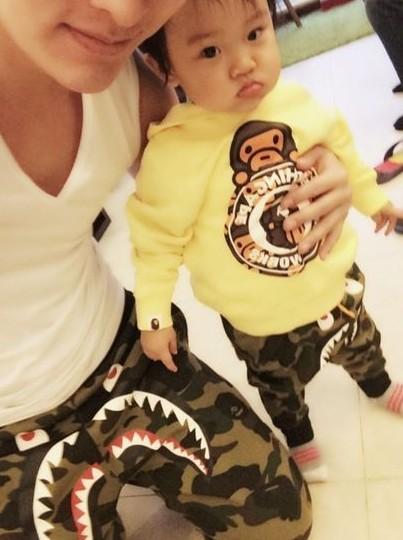 贾乃亮温馨当奶爸 给女儿穿潮装变假小子