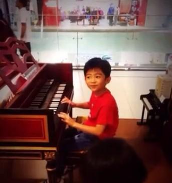 Lucas弹琴显音乐天赋 被赞超有范儿