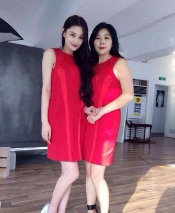 张馨予晒母女写真 穿红裙抹妖艳口红似姐妹