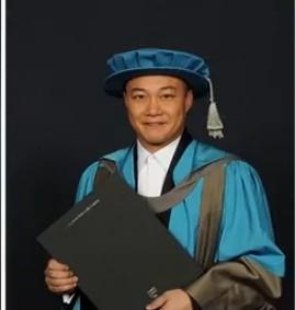 陈奕迅获颁荣誉博士 返母校受封笑容腼腆