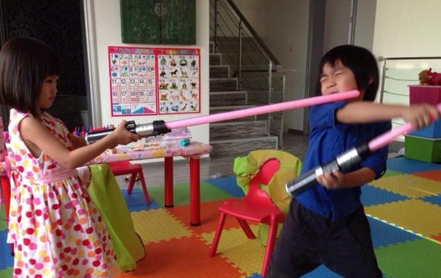Kimi和钟丽缇女儿疯玩 林志颖笑称光剑大战