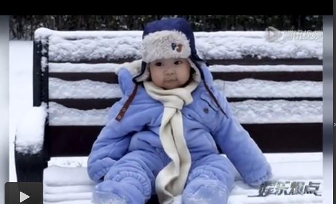 姚晨晒儿子雪中萌照 大眼抿嘴微笑太可爱
