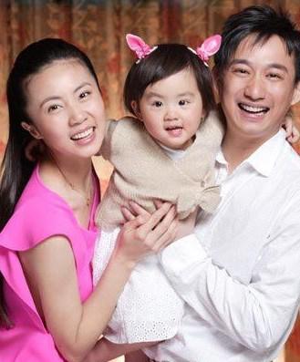 黄磊妻子孙莉怀二胎近七月 身体壮双手拎重物
