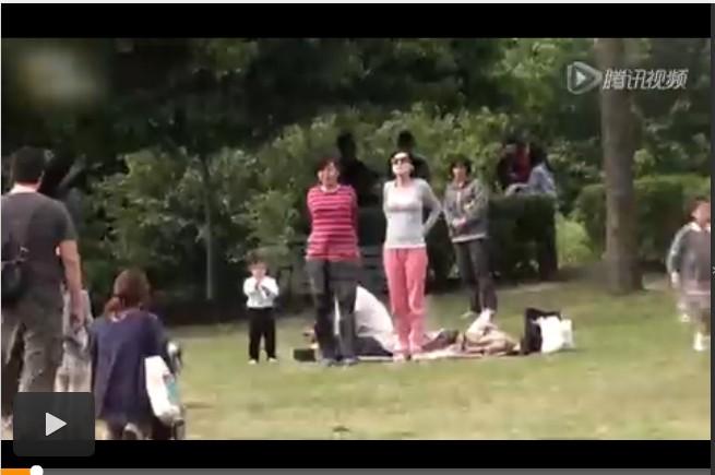小S公园慢跑 女儿推倒狗狗当枕头