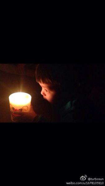孙俪晒儿子近照 停电举蜡烛唱生日歌激萌
