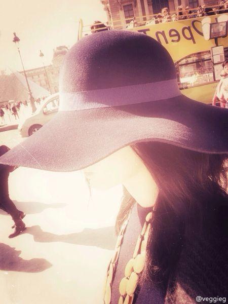 王菲巴黎街头大帽遮脸 夕阳斜映人美如画