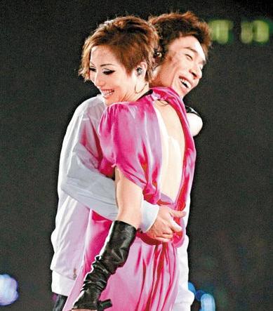 郑秀文否认今年补办婚礼:档期都排满了